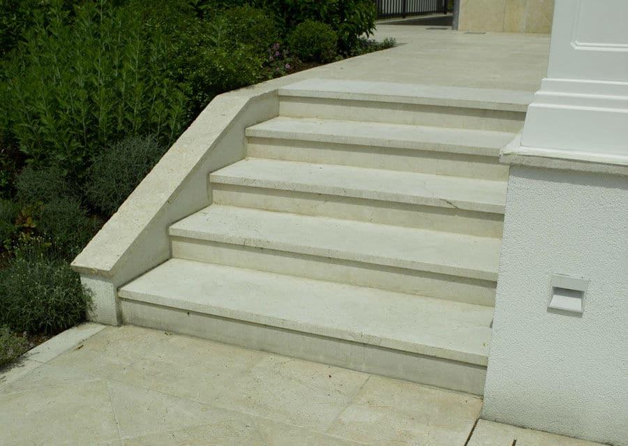 Steintreppen aussen Stufenplatten hell
