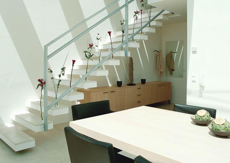 moderne Steintreppe in weiß mit schwebenden Stufenplatten