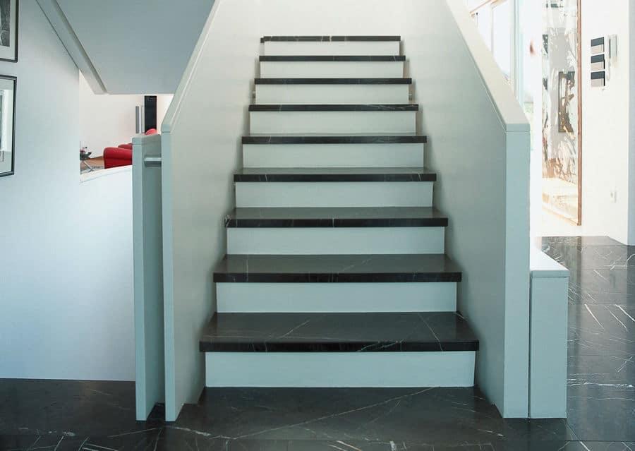 Steintreppe weiß mit Stufenplatten in schwarz