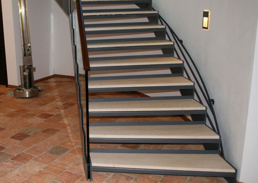 Steintreppen innen Stufenplatten aus Feinsteinzeug