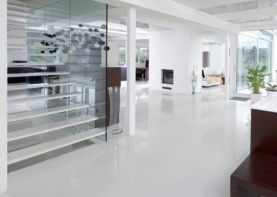 Steinstiege in modernem Haus aus Feinsteinzeug weiß poliert