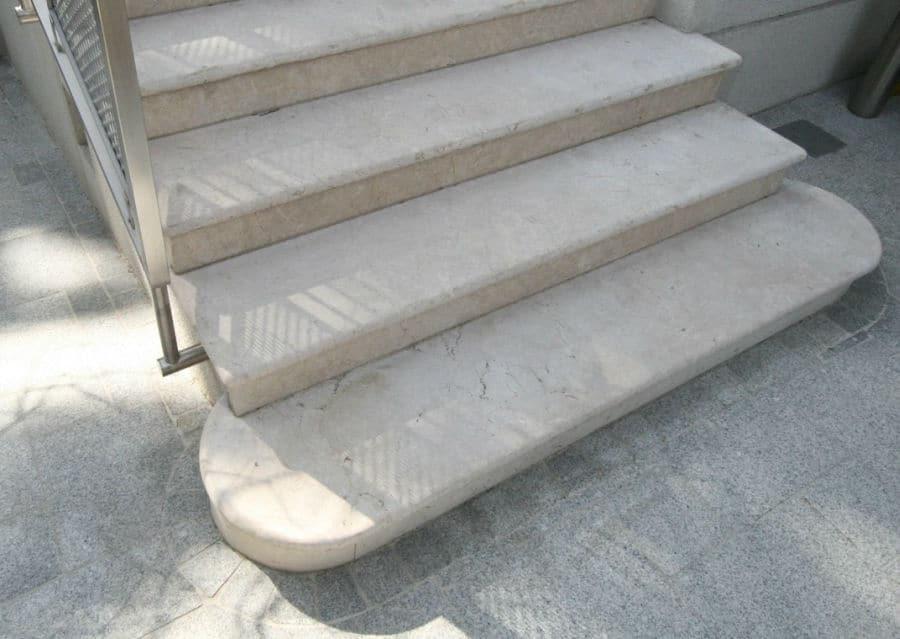 Steinstiege aus weißem Naturstein