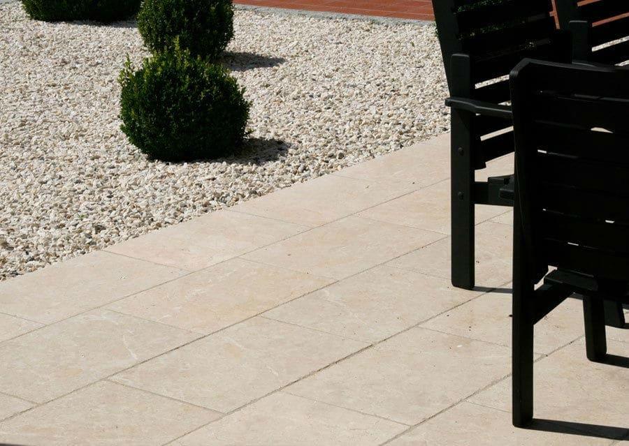 Terrasse mit Kalkstein Levante Crema