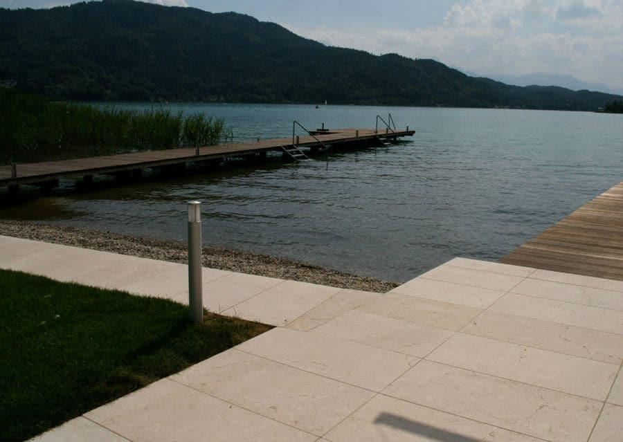 Terrassenplatten aus Kalkstein Levante Crema mit Steg zum See