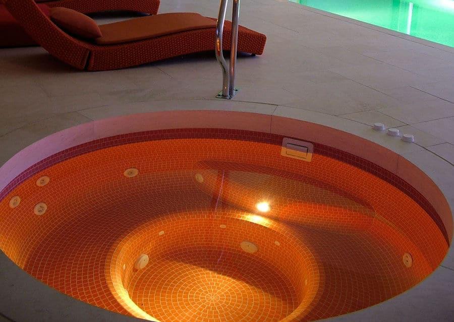 Wellness whirl pool mosaik Kalkstein geschliffen