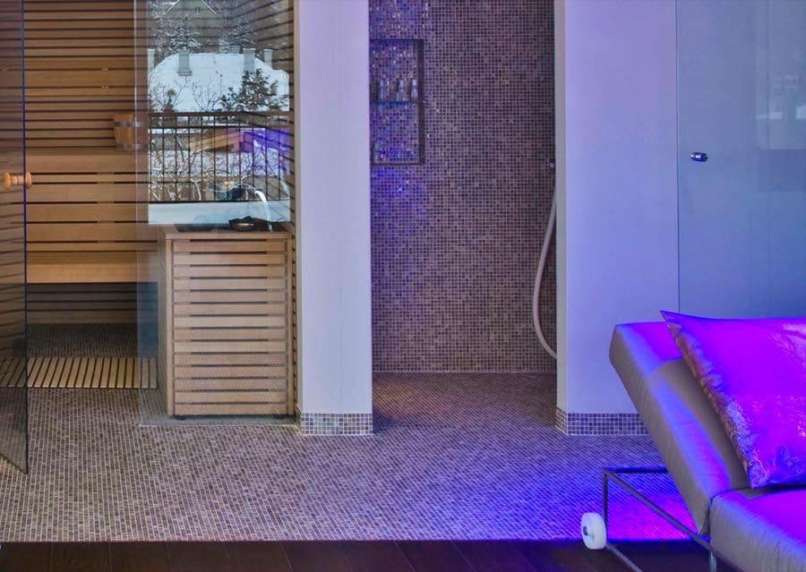 Mediterraner Wellnessbereich mit Glasmosaik