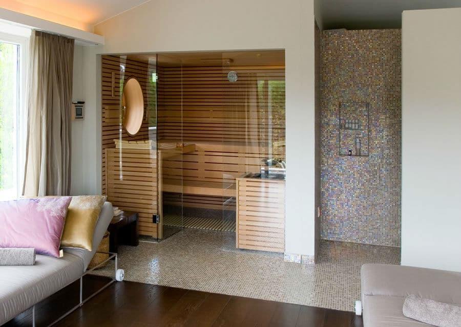 Wellnessbereich zu Hause mit Sauna und Glasmosaik