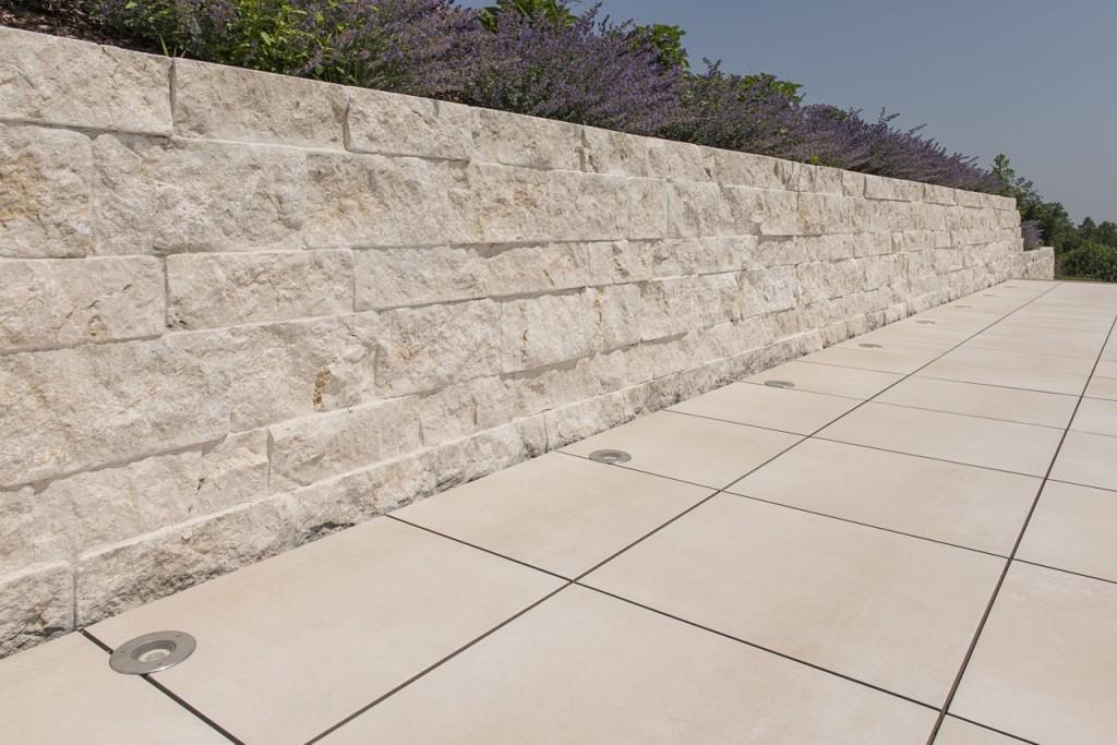 helle natursteinmauer