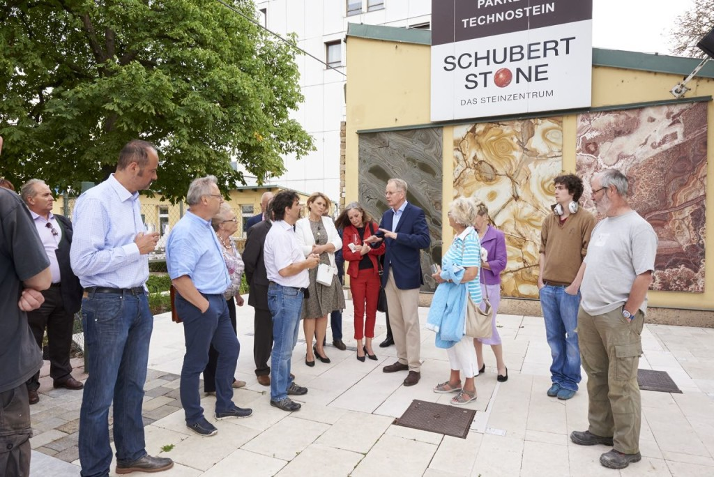 Thomas Schubert zeigt Terrassenplatten