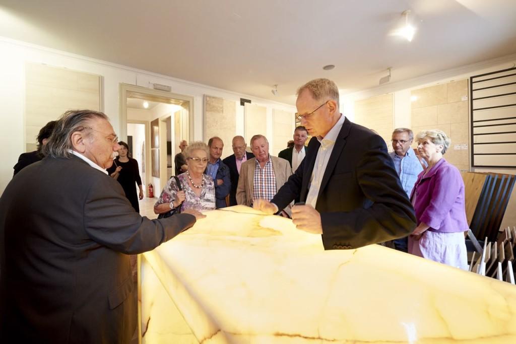 Thomas Schubert zeigt hinterleuchteten Onyx