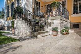Villa mit Edeltravertin Mandorla antik