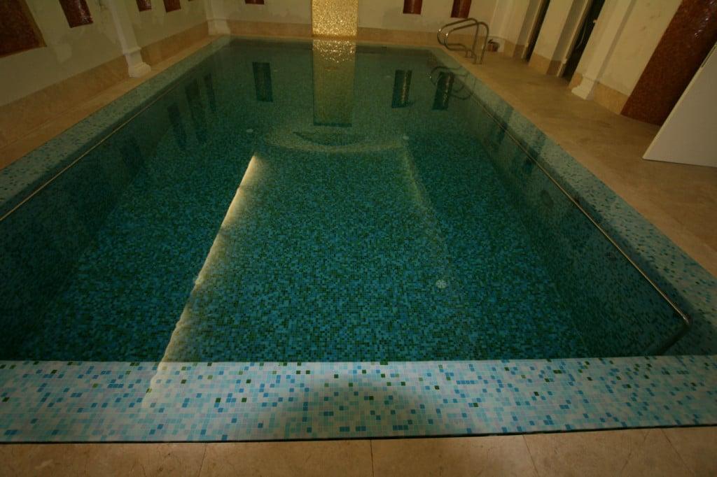 Schwimmhalle innen Mosaik