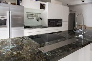 Küche Ganit blau schillernd 04 Platte fertig