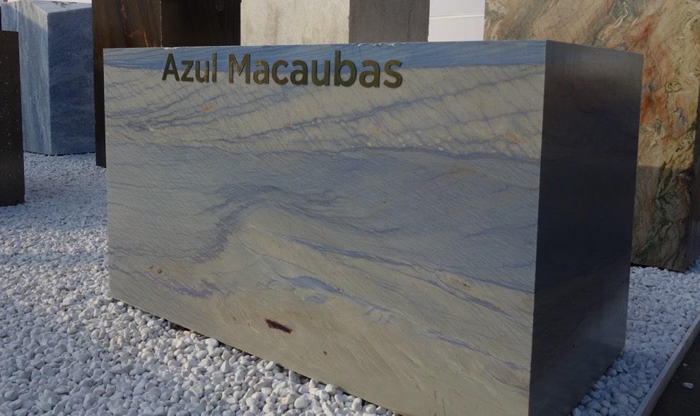 Ein Steinblock aus blauem Azul Macaubas
