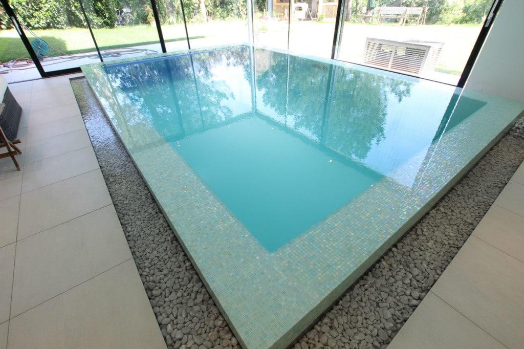 Naturstein Mosaik Poolrand verlegt
