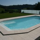 Pool auf Terrasse mit Naturstein Terrassenplatten verlegt