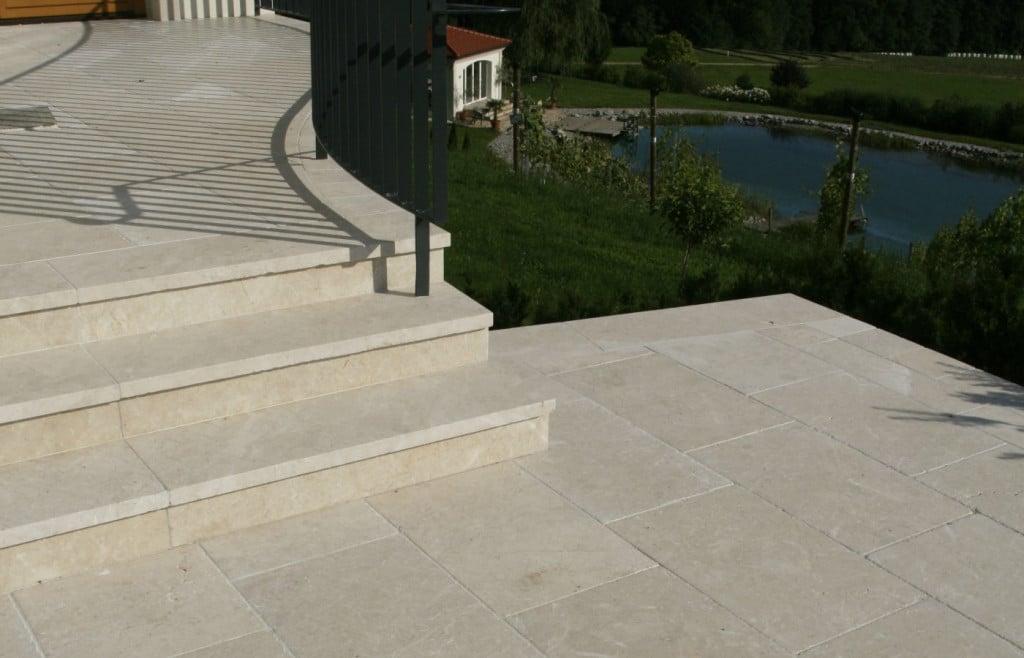 Terrasse aus Naturstein mit Steintreppe