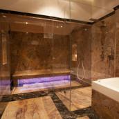 Luxusbadezimmer mit Naturstein verlegt