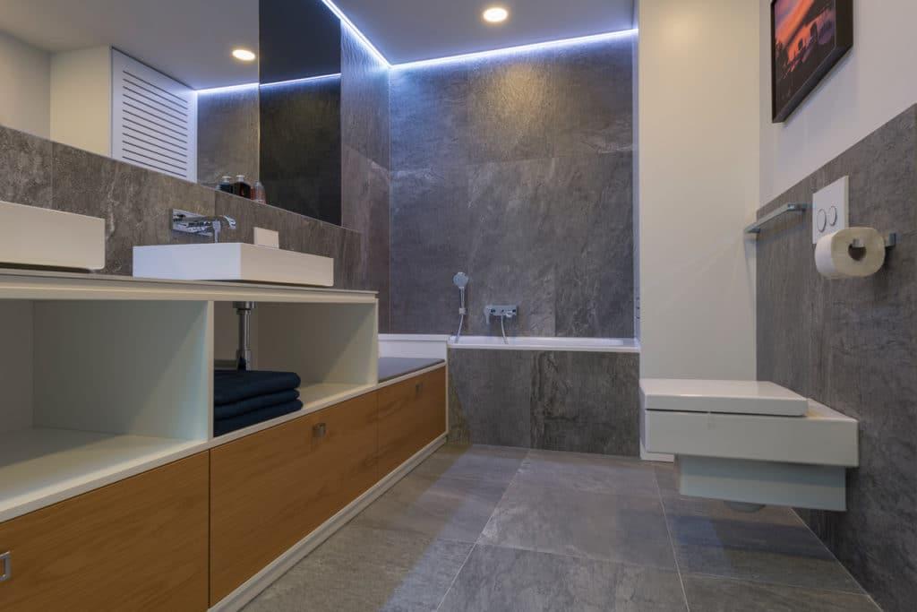 Feinsteinzeug Fliesen groß in grau in moderenem Badezimmer