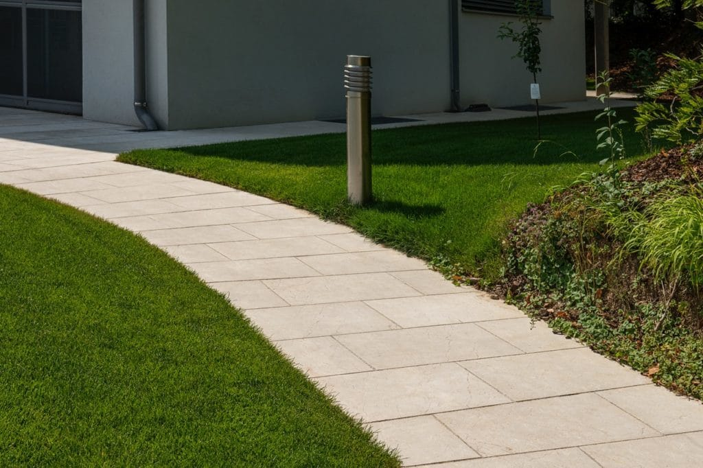 Naturstein Levante Crema Sandgestrahlt Gartenweg