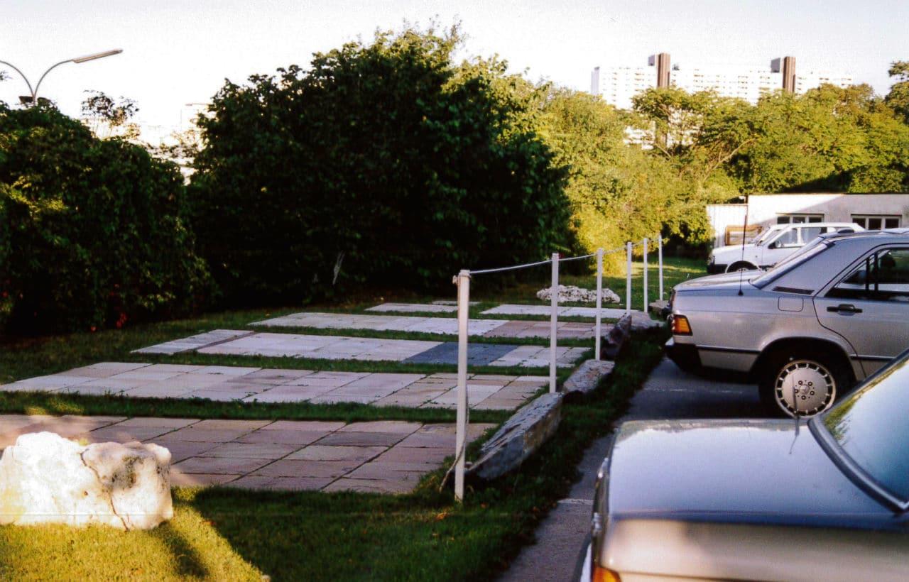 Parkplätze mit Schaugarten zu Beginn der 90er Jahre