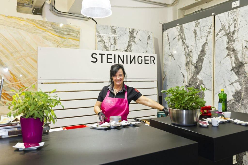 Heidi Schmerold grillt auf der Rock Air kitchen von Steininger Designers