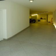Grauer Technostein in Garage