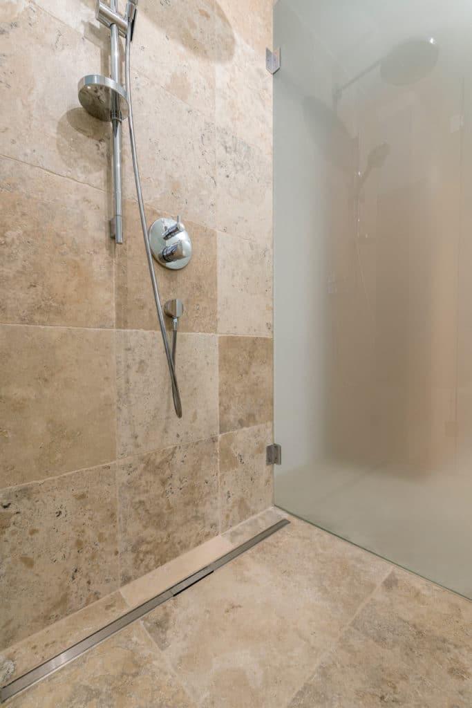 Mandorla antik 40,6x40,6cm in der Dusche
