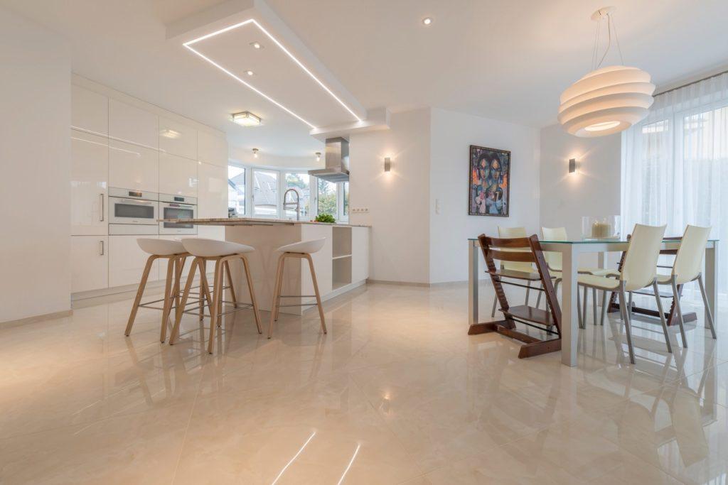großformatige Fliesen aus Feinsteinzeug mit Marmor Optik in modernem Haus