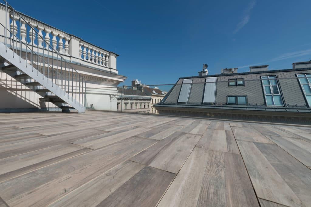 Feinsteinzeug in Holzoptik auf Dachterrasse