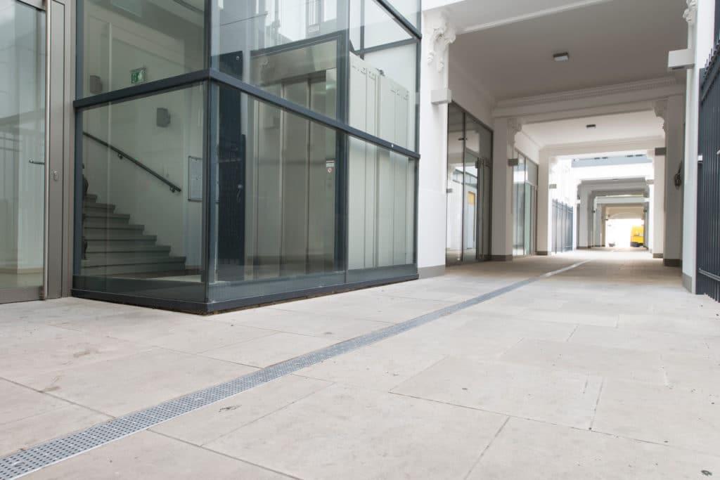 Zinshaus Wien Innenhof und Durchfahrt mit Technostein 2cm – 10
