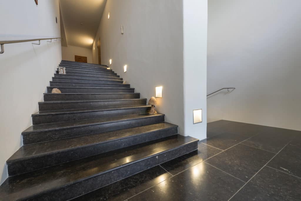 Stift Admont mit dunklem Kalksteinboden – 04