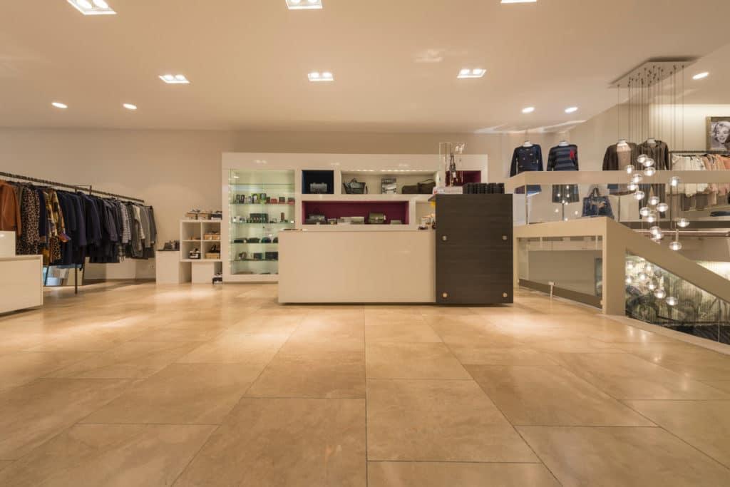 80x80cm Kalksteinboden in Modegeschäft – 01