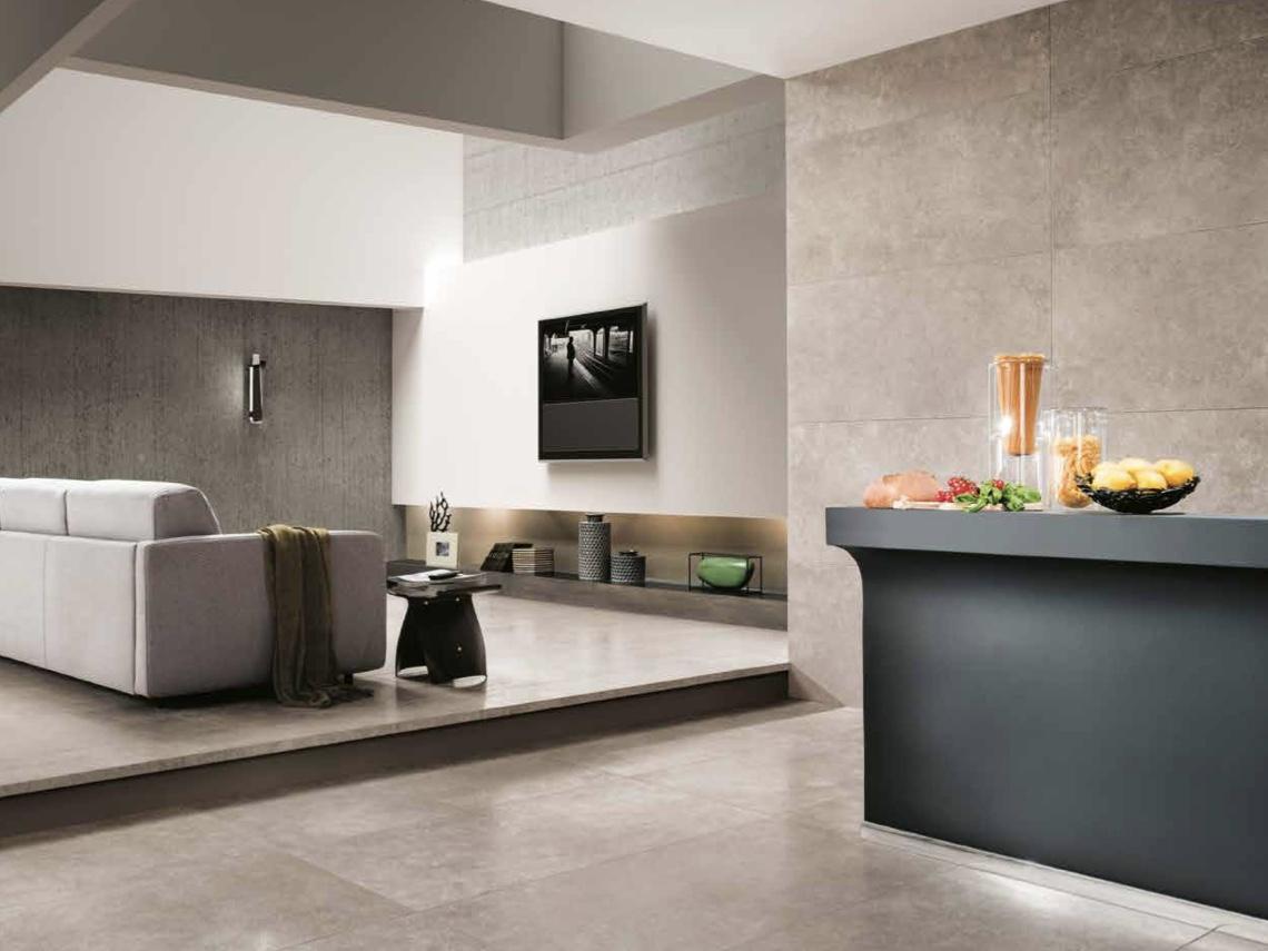 Feinsteinzeug Wand und Bodenfliesen in offener Küche und Wohnzimmer