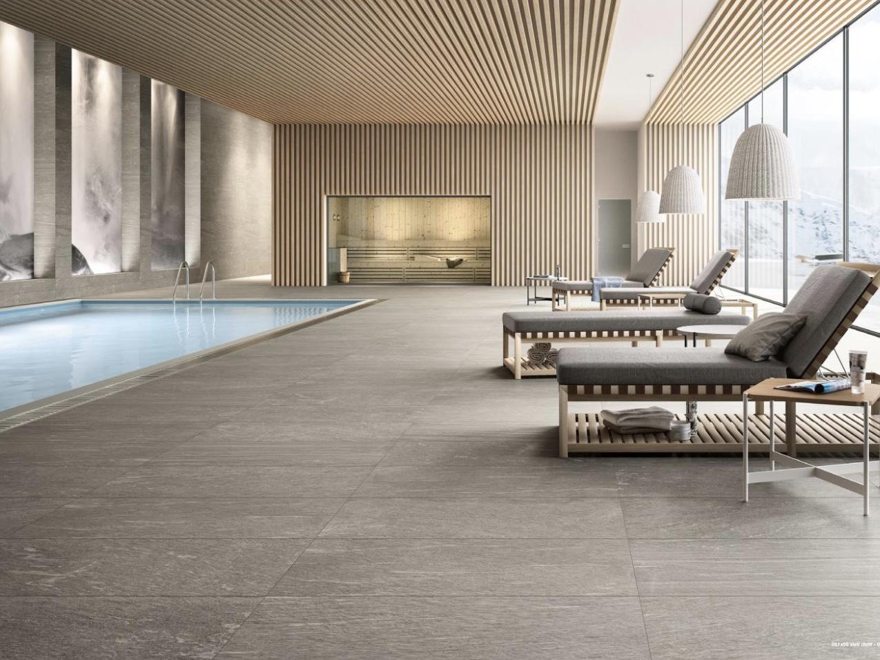 Poolbereich mit Steinplatten in grau aus Feinsteinzeug von SCHUBERT STONE