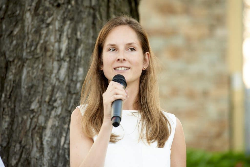 Carina Schubert bei der Moderation bei SCHUBERT STONE Steinzentrum Wien