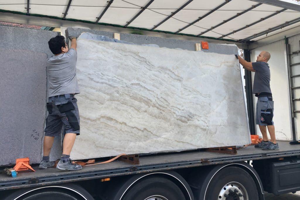Verladung riesiger Steinplatten aus Naturstein