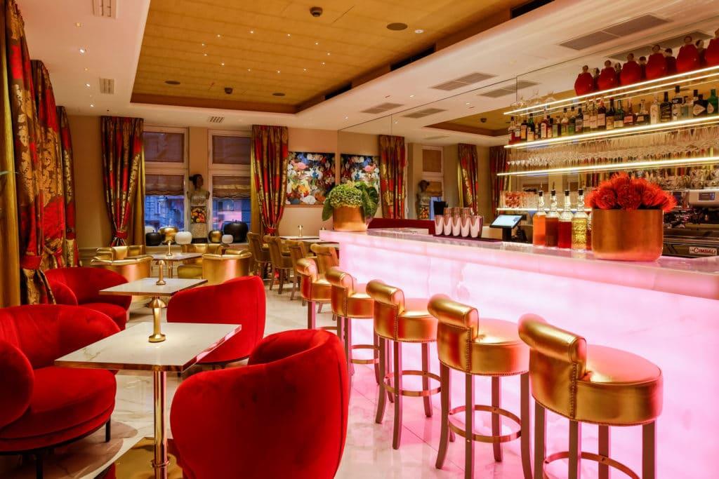 Hinterleuchtete Onyx Bar von SCHUBERT STONE im Hotel Das Tyrol