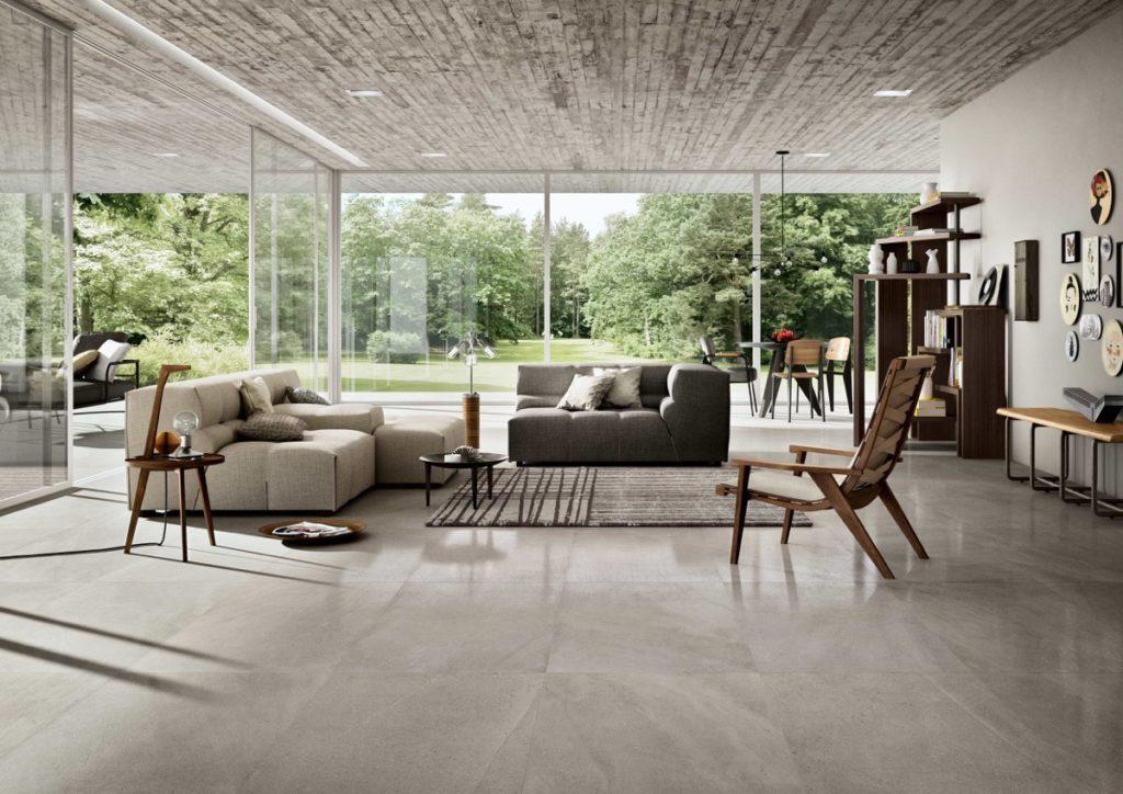 Feinsteinzeug in grau glänzend im Wohnzimmer