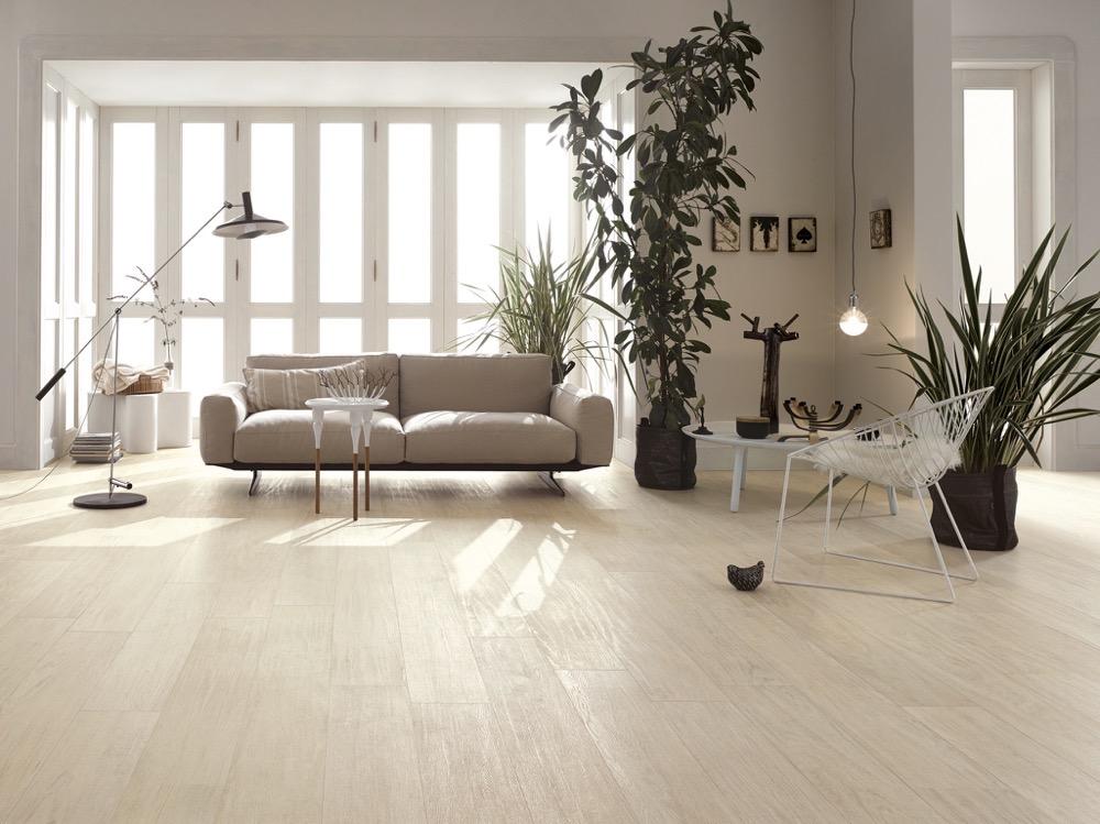 Feinsteinzeug Holzoptik Fliesen im Wohnzimmer