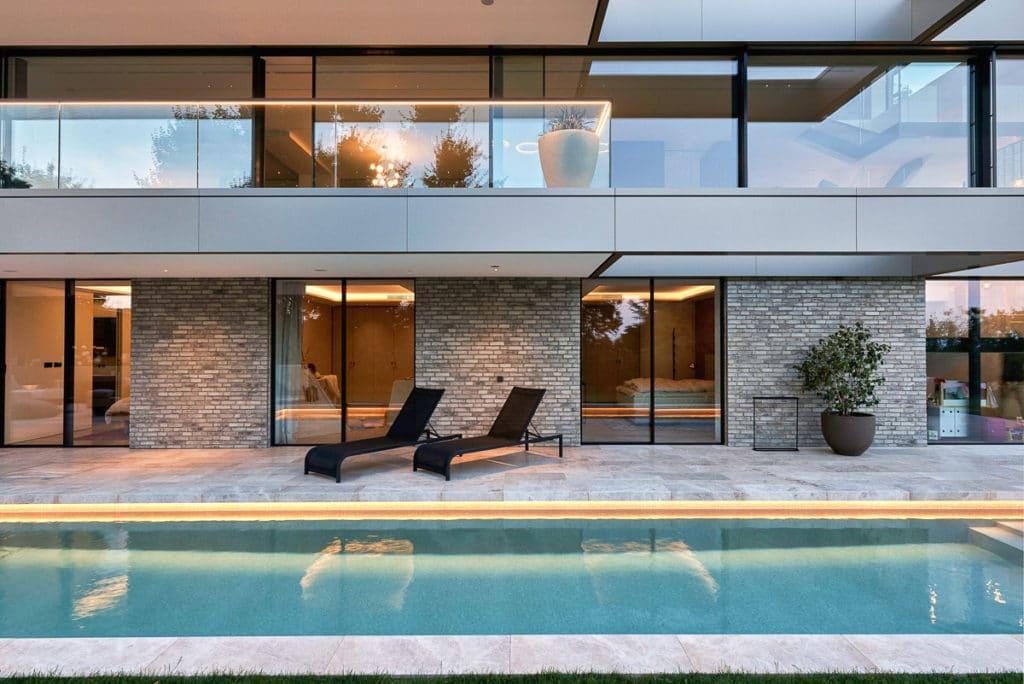 Luxus Poolbereich in Wien mit Naturstein
