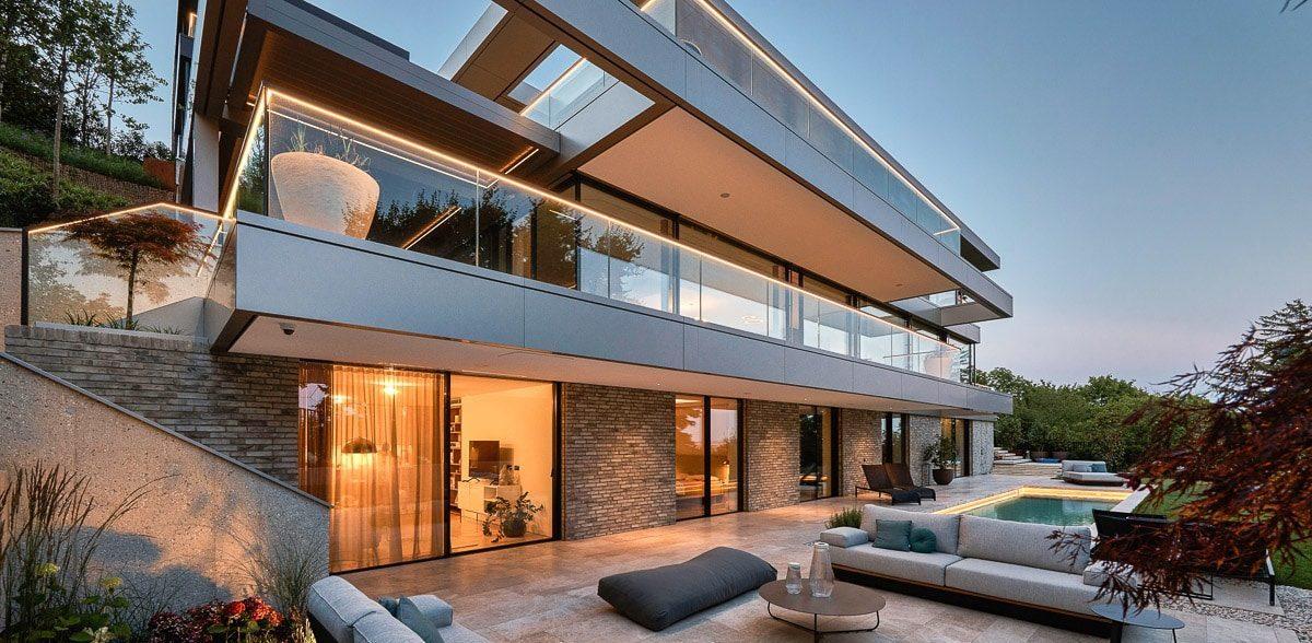 Luxus-Villa mit Naturstein-Terrasse von SCHUBERT STONE
