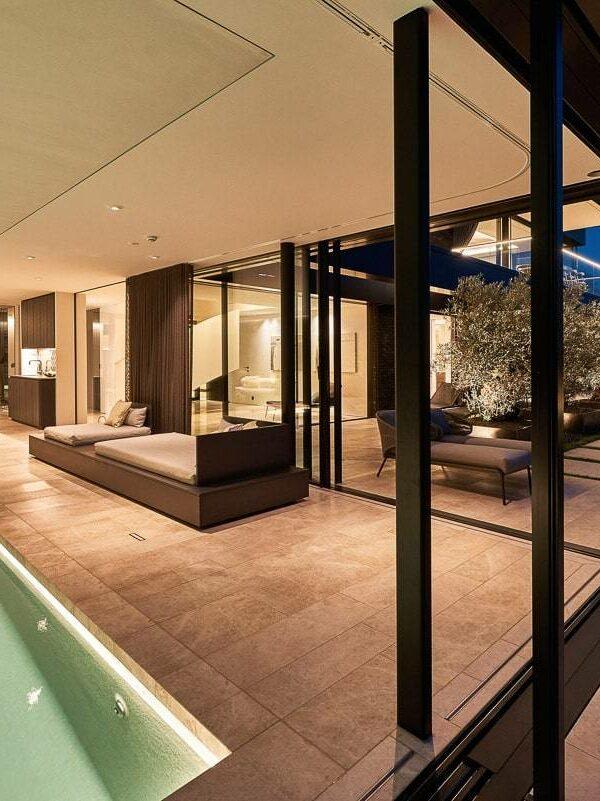 Schwimmhalle mit Verglasung zum Außenbereich mit Naturstein