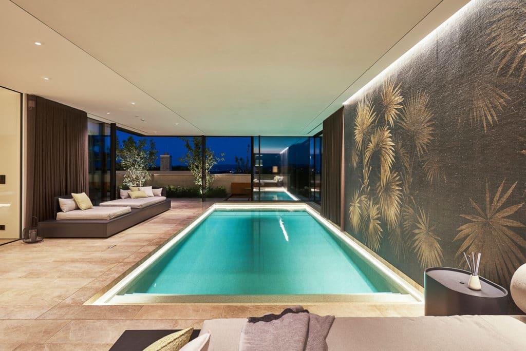 Schwimmhalle mit Abendstimmung mit Natursteinboden
