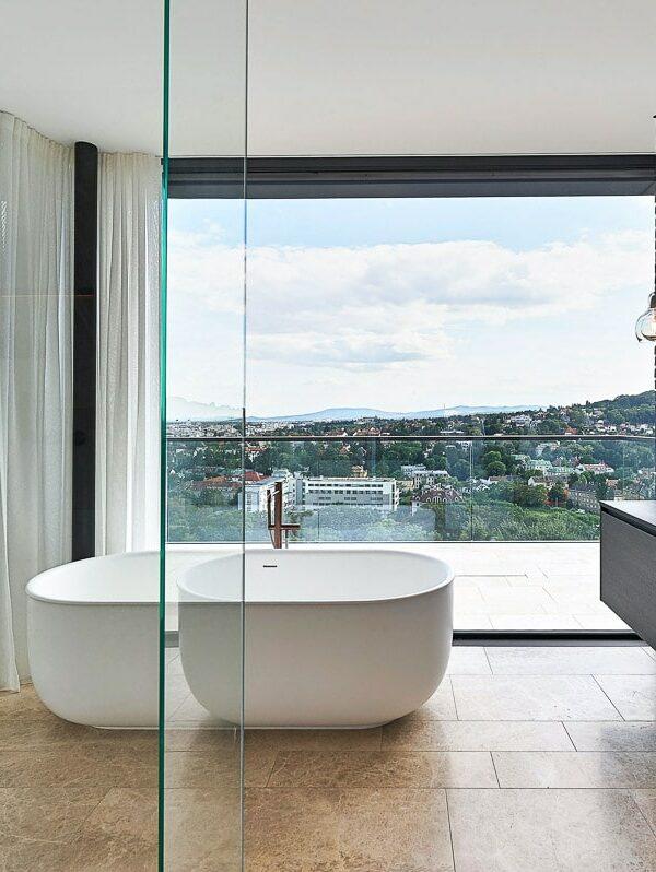 Luxus-Badezimmer mit Steinboden