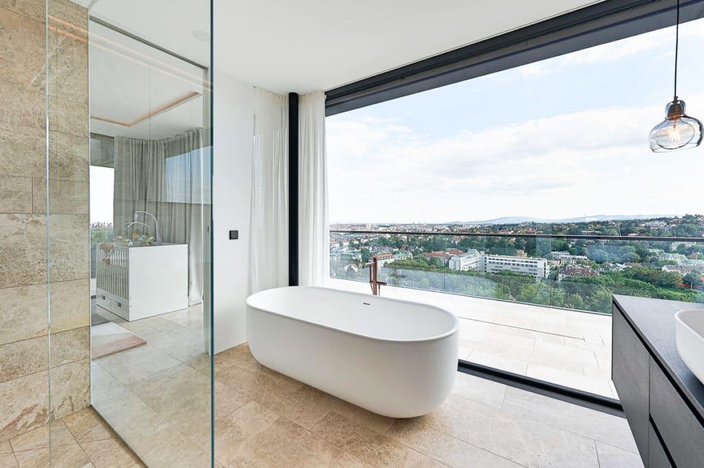Luxus-Badezimmer mit Blick auf Wien und Naturstein von SCHUBERT STONE