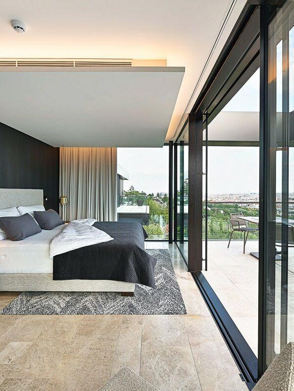 Luxus-Schlafzimmer mit Blick auf Wien mit Naturstein