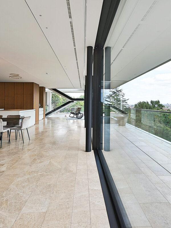 Luxus-Wohnzimmer in Wien mit Naturstein innen und außen mit Verglasung