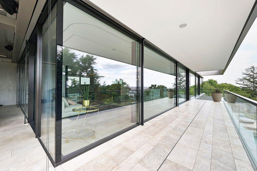 Moderne Naturstein-Terrasse