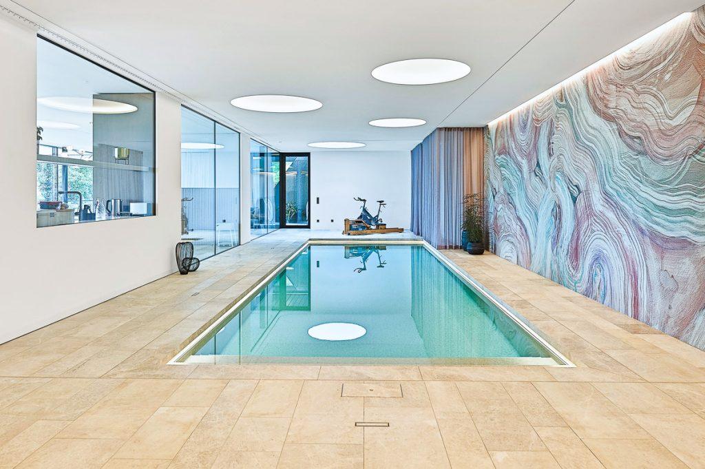Schwimmhalle mit Naturstein